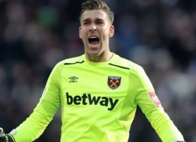 Arsenal to make surprise move for former West Ham keeper Adrian?