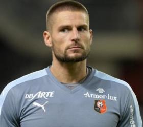 Bournemouth consider move for Benoit Costil