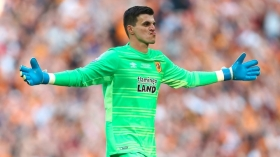 Leicester City close in on Hull goalkeeper