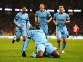 Yaya Toure signs new Manchester City contract